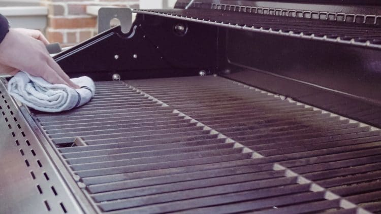 Cleaning BBQ grill